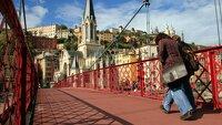 femme qui traverse un pont