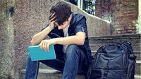 jeune homme triste sur des marches