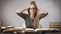 fille anxieuse devant des livres
