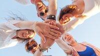 cinq jeunes qui regroupent leurs mains
