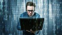 informaticien devant des lignes de code