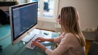 jeune femme qui code sur ordinateur