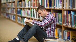 Jeune homme dans une bibliothèque