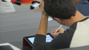 Étudiant cherchant une formation sur sa tablette