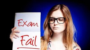 "Fille tenant une feuille ""Exam Fail"""