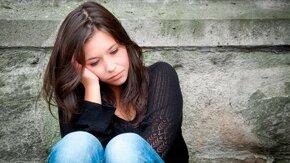 Jeune fille en pleine réflexion.