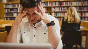 Jeune homme pleure devant son ordinateur