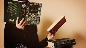 personne qui lit deux livres à la fois