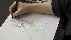 main d'une personne qui dessine un personnage