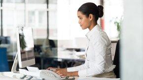 jeune femme qui travaille sur ordinateur