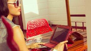 jeune femme sur une tablette qui réfléchit