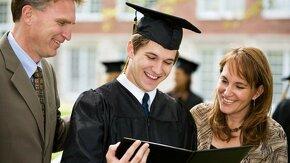 Étudiant obtient son diplôme avec ses parents
