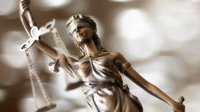 Statue de la justice tenant une balance