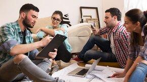 Jeunes discutent travail