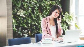 femme commercial au téléphone