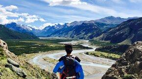 Solène Dony, son sac à dos et un paysage dantesque