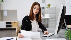 jeune femme qui lit un document