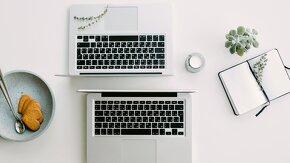 Deux ordinateurs mac portables sur un bureau de stagiaire