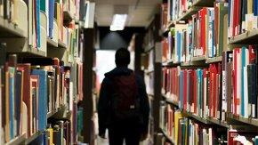 étudiant en mastère spécialisé dans une bibliothèque