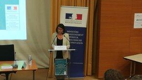 Ministre de la santé parle devant un micro