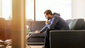 Jeune homme concentré devant son ordinateur