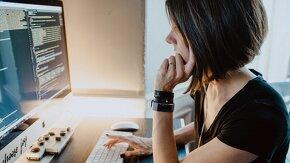 Jeune femme face à un écran d'ordinateur