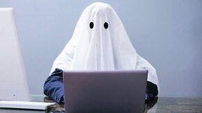 fantome devant un écran d'ordinateur