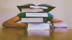 étudiant avec des livres