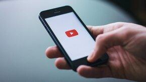 Téléphone sur lequel est lancé l'application YouTube