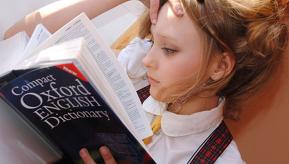 Jeune femme allongée lisant l'Oxford English Dictionary