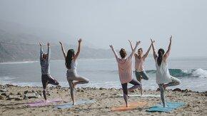 cours de yoga femme sur plage