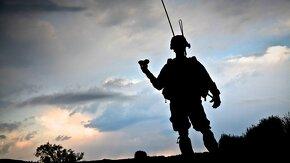L'ombre d'un militaire avec le ciel en arrière-plan