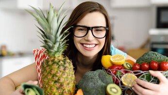 jeune fille enlace des fruits et légumes