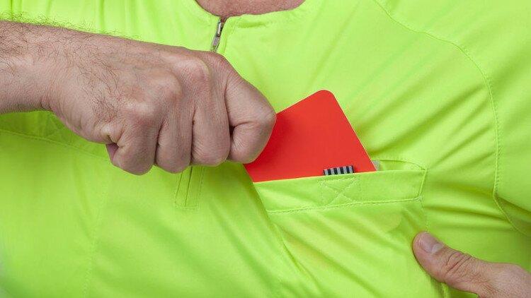 Arbitre qui sort le carton rouge.