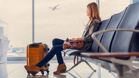 Jeune femme assise dans Aéroport